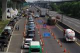 Petugas Gabungan Periksa Ketat SIKM di KM 47 Tol Cikampek Arah Jakarta