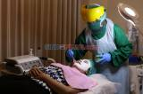 Beri Rasa Aman Pasien, Terapis Klinik Kecantikan Kenakan APD