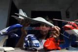 Mengubah Limbah Kayu Menjadi Miniatur Pesawat