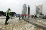 Dipenuhi Lumut, Dishut DKI Jakarta Bersihkan Marmer Tugu Selamat Datang Bundaran HI