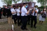 Dimakamkan di TPU Keputih, Kapten dan Crew Pesawat NAM Air Gotong Peti Jenazah Co-pilot Fadly Satriyanto