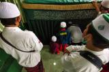 Pelayat Berdoa Secara Bergantian di Makam Habib Ali Abdurrahman Assegaf