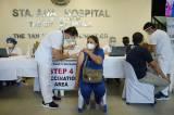 Tenaga Kesehatan Filipina Jalani Vaksinasi Covid-19