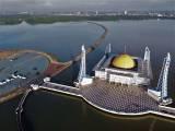 Wisata Religi di Masjid Al Alam Teluk Kendari