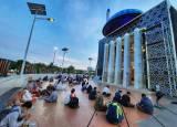 Masjid Terapung Makassar Tetap Sediakan Takjil Selama Ramadan
