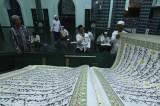 Tradisi Tadarus Dengan Al Quran Raksasa di Masjid Baiturrahman Banyuwangi