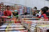 Mendekati Lebaran, Warga Berburu Petasan dan Kembang Api di Pasar Asemka