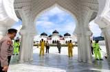 Polisi Gelar Penyemprotan Disinfektan di Masjid Raya Baiturrahman Aceh