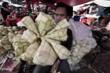 Jelang Lebaran, Omzet Penjualan Ketupat Meningkat Dua Kali Lipat