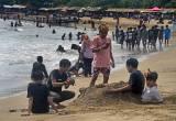 Pantai Anyer Dipadati Pengunjung