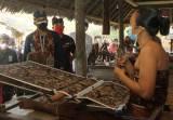 Menteri Sandiaga Uno Pekerjakan Pengrajin Satu Desa Tengganan