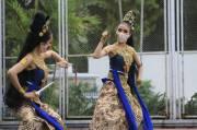 Dua Penari Bermasker Luwes Tampil di Panggung Kahanan