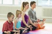 Yoga Lebih Bermanfaat jika Dilakukan Bersama Keluarga di Rumah