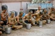 Warga India Mandi Kotoran Sapi untuk Tangkal Covid-19, Ini Kata Dokter