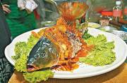 Yin dan Yang, Ikan Goreng Disajikan dengan Kepala Masih Hidup