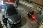 Hanya Butuh 18 Detik, 2 Maling Ini Gasak Spion Mobil di Mampang