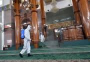 Jelang Ramadan, Brimob Polda Lampung Semprot Disinfektan di Masjid Agung Al-Furqon