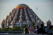 Ngabuburit, Warga Menikmati Sore di Kawasan Masjid 99 Kubah Makassar