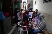 Blusukan Gang Sempit, Mahasiswa UMSurabaya Jemput Warga Musiman untuk Divaksin