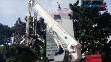 Protes, Agustinus Manusia Tower Panjat Reklame di Mabes Polri