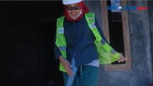 27 Tahun Berkebaya, Wanita Ini Jalani Profesi Tukang Instalasi Listrik