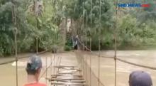 Jembatan Rusak, Warga Nekat Sebrangi Sungai Berarus Deras