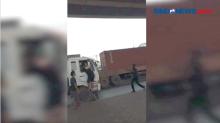 Viral! Aksi Bajing Loncat Rampas Barang Sopir Truk di Koja