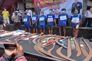 Polresta Bogor Kota Pajang 6 Pemuda yang Kedapatan Membawa Beragam Jenis Senjata Tajam