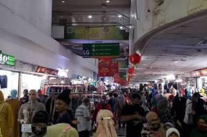 Waspada! Pencopet Barang Belanjaan Pengunjung Gentayangan di Pasar Tanah Abang