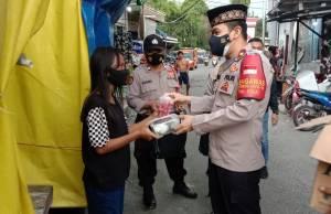 Sisi Lain Giat Polisi saat Bulan Puasa, Bagi-bagi Makanan dan Takjil di Permukiman Padat Penduduk