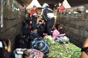 Bawa Pemudik, Truk Sayur Ini Terjaring Razia di Tol Jakarta Cikampek