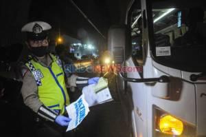 Hari Pertama Larangan Mudik, Petugas Periksa Kendaraan Melintas di Tol Jakarta-Cikampek