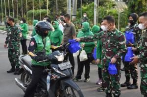 Pangdam Jaya Bagikan Ribuan Takjil untuk Warga Berbuka Puasa