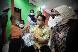 Penghujung Ramadhan, Anies dan Istri Kunjungi Anak Yatim dan Lansia di Panti Sosial