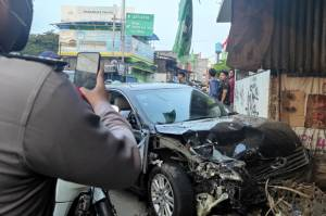 Begini Kronologis Toyota Camry Seruduk Warung dan 3 Kendaraan Lain di Bekasi