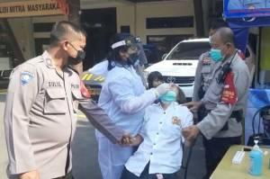 Latah, Seorang Pemudik Terpaksa Dipegangi 3 Polisi saat Swab Test di Tanjung Priok