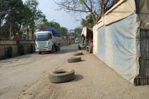 Melintas Siang-Malam di Jalan Prancis Tangerang, Truk Tanah Berasa Jalan Miliknya Sendiri