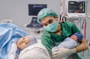5 Fakta di Balik Kelahiran Anak Pertama Rey Mbayang dan Dinda Hauw