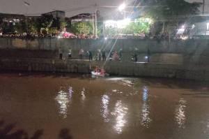 Petugas Damkar Kesulitan Evakuasi Mayat di Kali Ciliwung Bukit Duri