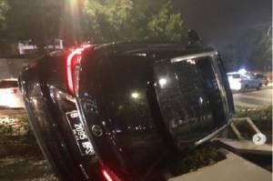 Hindari Barikade Penyekatan PPKM, Mobil Lexus Tabrak Pembatas Jalur Sepeda di Sudirman