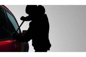 Pengendara Berjaket Ojol Gasak Spion Mobil di Tebet Jaksel
