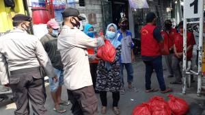 Polisi Pelabuhan Door to Door Bagikan Paket Sembako ke Warga Terdampak PPKM