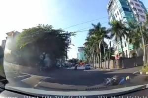 Tergelincir saat Menikung, Pemotor Hantam Mobil di Meruya Jakarta Barat