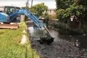 Cegah Banjir, Pemprov DKI Gerebek Lumpur 2 Kali di Jakbar