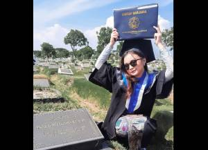 Momen Wisudawan ITS yang Foto di Makam Ayahnya Viral, Ini Kisahnya