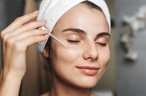 Jika memiliki kulit berminyak dan berjerawat, mungkin Anda takut untuk mengaplikasikan produk apa pun di wajah.