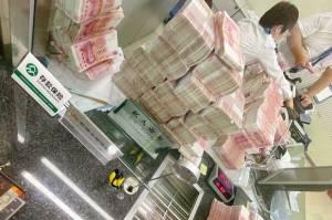 Jutawan Ini Tarik Seluruh Uang dan Perintahkan Staf Bank Menghitungnya dengan Tangan