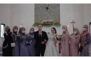 Viral! Wanita Kristiani Menikah Dikelilingi Bridesmaid para Sahabat yang Semua Beragama Islam