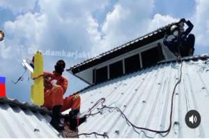 Pesawat Terbang Mainan Tersangkut di Atap Sekolah, Damkar: Kami Langsung Evakuasi