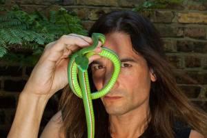 Pria London Rutin Suntikkan Racun Ular ke Tubuhnya selama 33 Tahun
